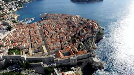 Cruzeiro panorâmico em Glassboat saindo do porto da cidade velha em Dubrovnik