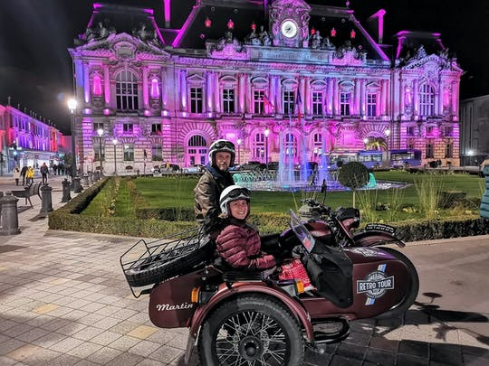 Retro sidecar tour by night