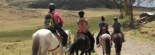 Tour privado de meio dia a cavalo por Cusco