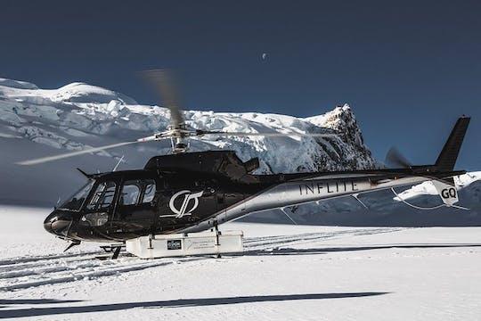 Ледник освещает живописный полет вертолета