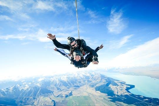Tándem de paracaidismo de 15,000 pies sobre el monte. cocinero