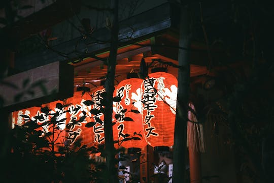 Kyoto lanes and lanterns at night guided tour