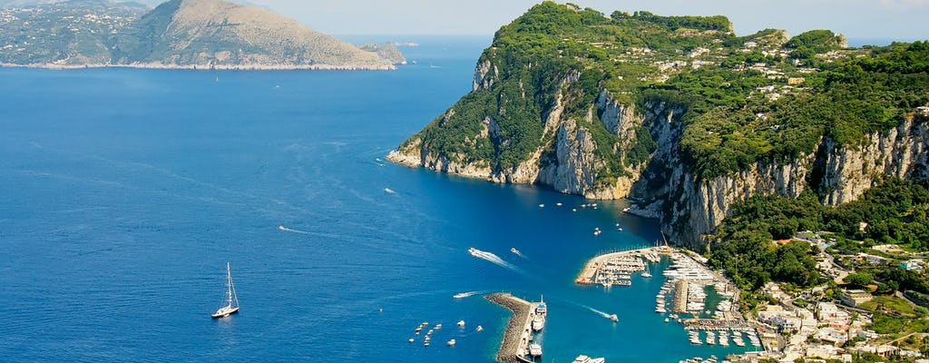 Passeio em Capri em uma luxuosa escuna com almoço a bordo e mergulho com snorkel