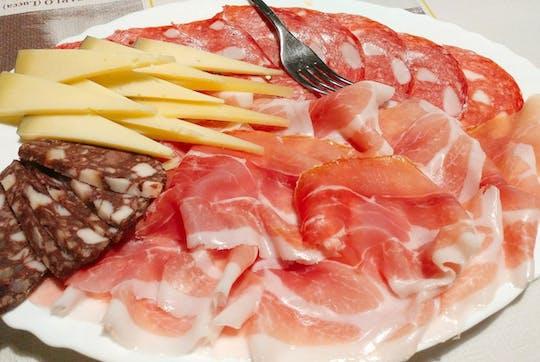 Almuerzo o cena típica en una masía con degustación de vinos.