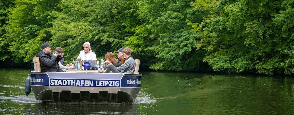 Motorboottocht door het bos aan de rivier in Leipzig
