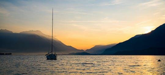 Esperienza di navigazione al tramonto sul Lago di Como con aperitivo