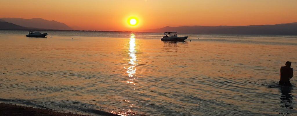 Barco inflável em um passeio de um dia deserta pela Ilha do Egeu