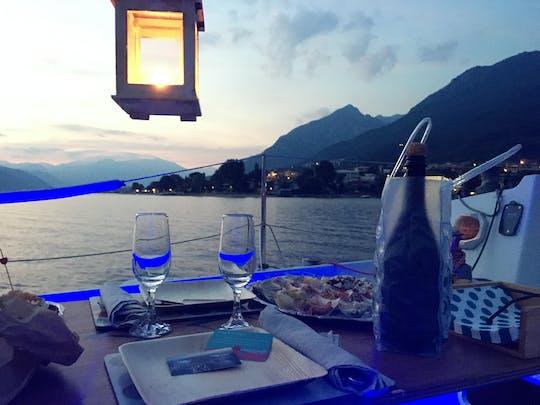 Esperienza romantica privata in barca a vela al tramonto sul Lago di Como con cena