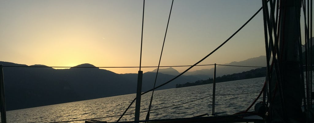 Experiência de barco ao pôr do sol com jantar no Lago de Como