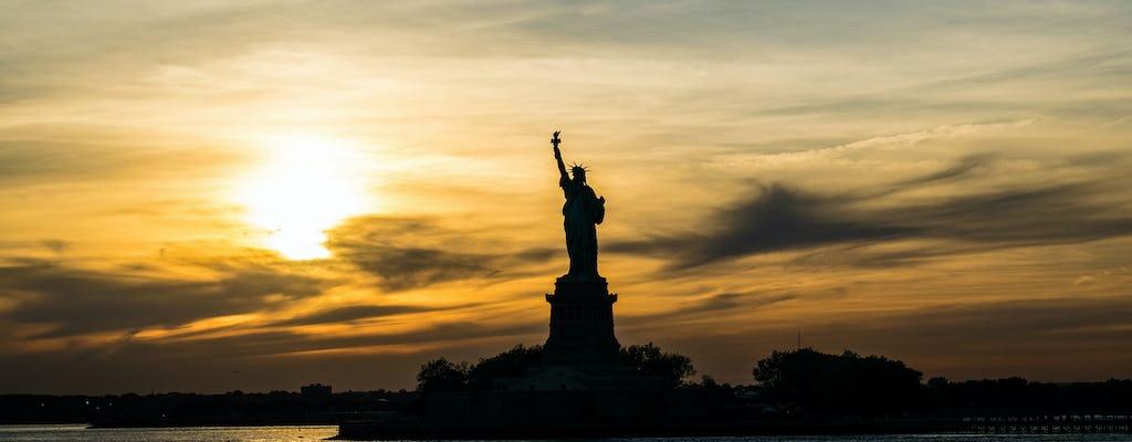 Estátua da Liberdade e cruzeiro ao pôr do sol na Ilha Ellis