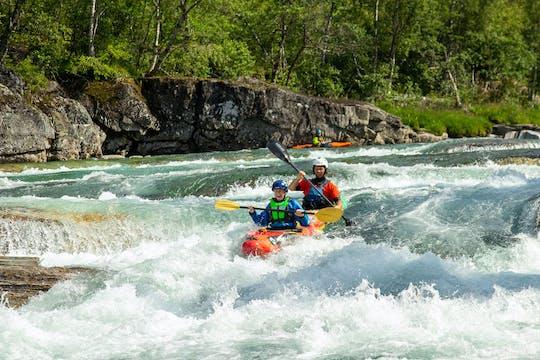Tandem-Kajak-Erlebnis auf einem Wildwasserfluss