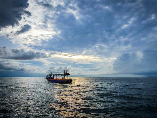 Vespa pela vila flutuante e passeio de barco ao pôr do sol