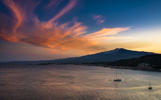Privérondvaart bij zonsondergang door de baai van Taormina