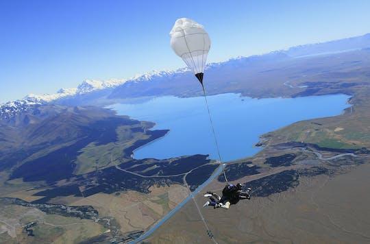 Tándem de paracaidismo de 13,000 pies sobre el monte. cocinero