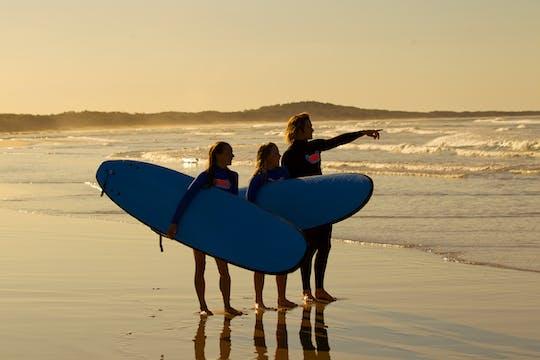 Lekcja surfingu dla początkujących na Broadbeach na parkingu Kurrawa Surf Club