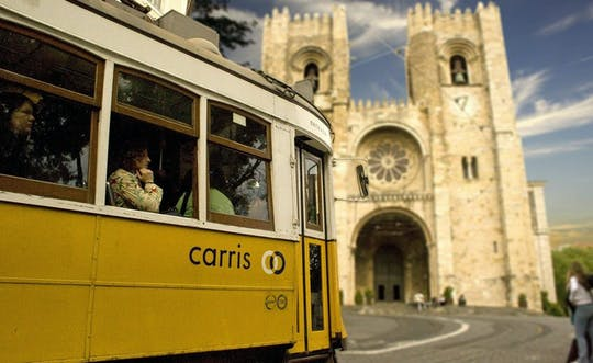 Quartiere di Alfama nel gioco e tour di esplorazione di Lisbona