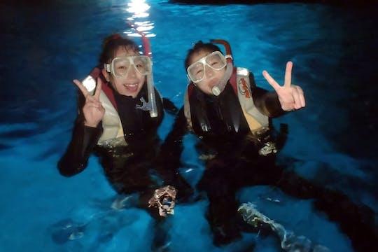 Visite de plongée en apnée dans la grotte bleue