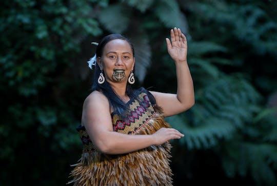 Cena y concierto nocturno maorí