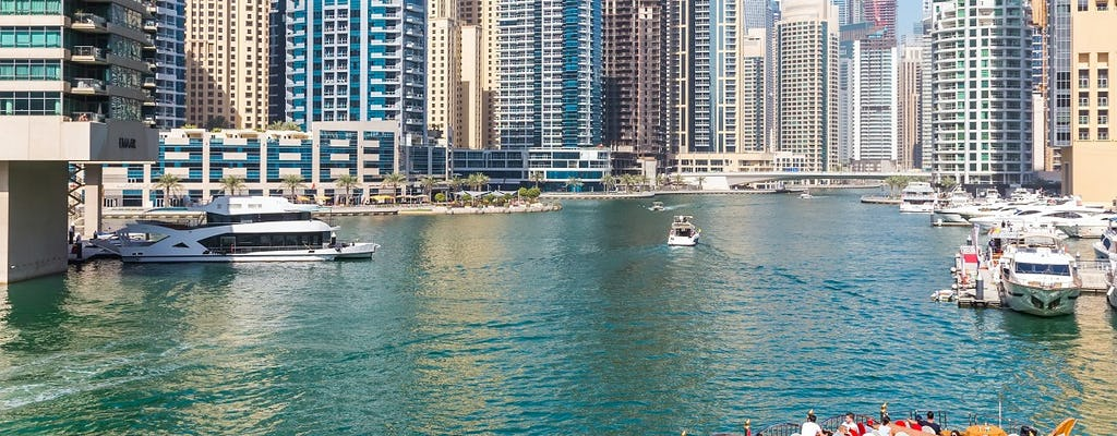 Crociera turistica nel porto di Dubai Marina