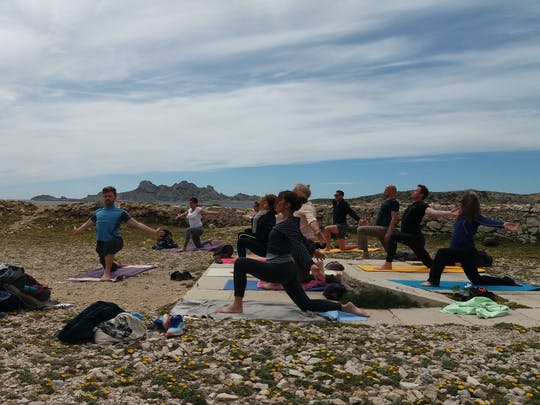 Yoga tibetano e caminhada no parque nacional Calanques