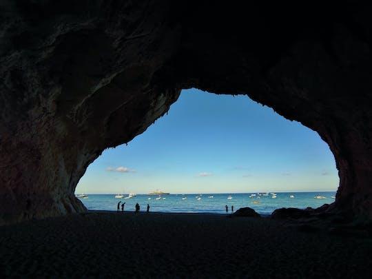 Tour privado em Cala Luna com aperitivo ao pôr do sol à beira-mar