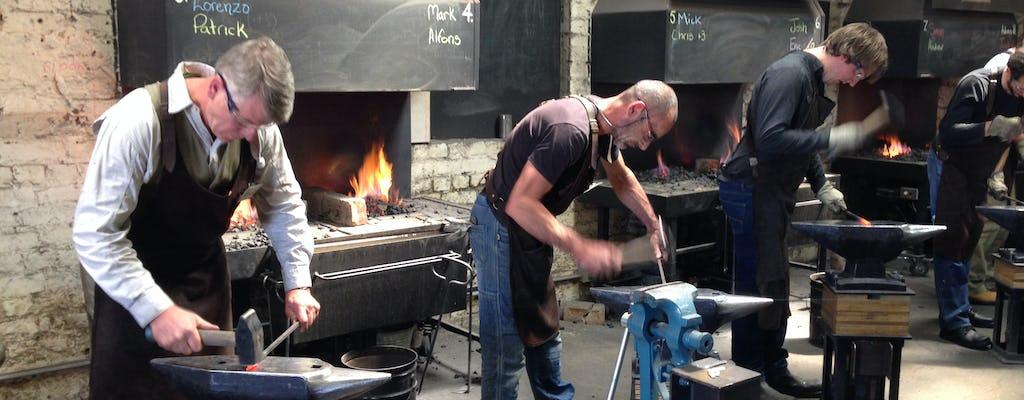Cours de forgeage guidé de l'acier à chaud à Footscray