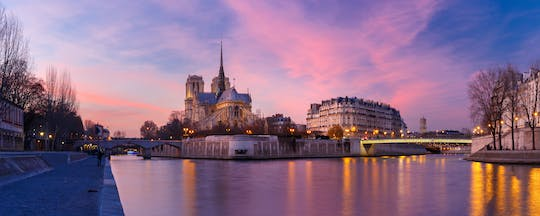Happy hour cruise on the Seine river