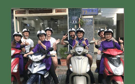 Tour gastronômico de scooter pela cidade de Ho Chi Minh à noite com um anfitrião local
