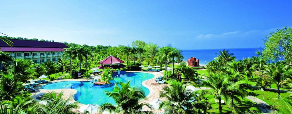 Acesso à praia e piscina com uma bebida no Sokha Beach Resort