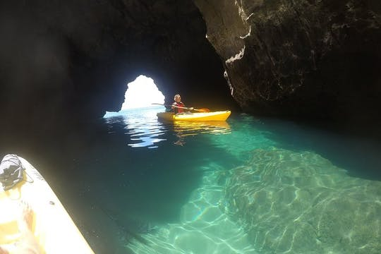 Tour guiado en kayak desde playa Ingrina hasta las grutas de Barranco