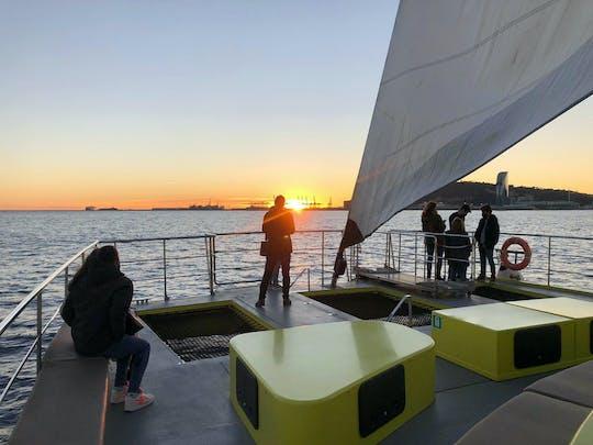 Passeio de barco com música ao pôr do sol em Barcelona