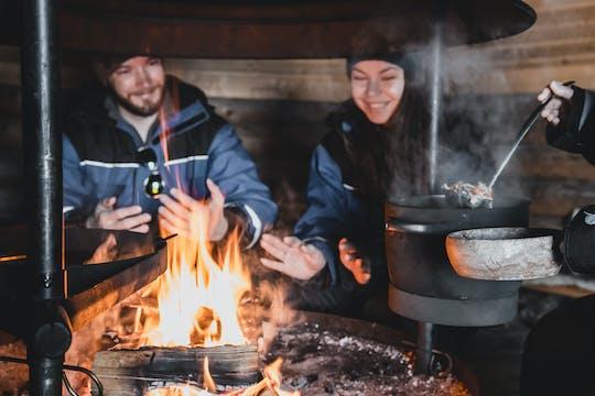 Doświadczenie przy ognisku pod zorzą polarną