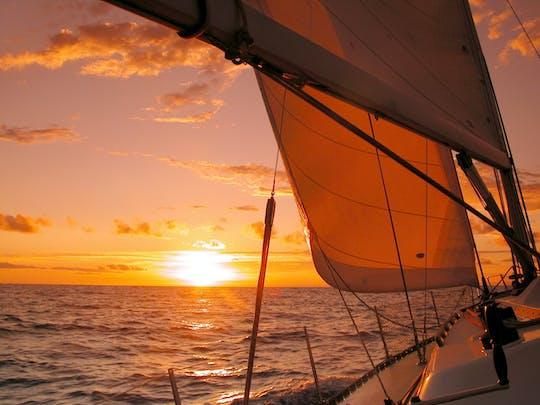 Szampański żagiel o zachodzie słońca z St. Thomas