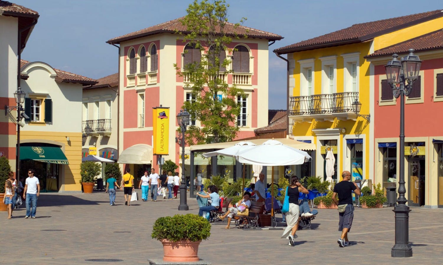 Serravalle designer outlet shopping tour from milan musement for Cheap shopping in milan
