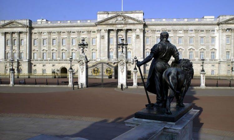 london tour - buckingham palace - front gate - statue.jpg
