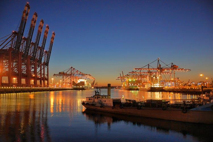 Lichterfahrt durch den Hamburger Hafen_Container Terminal bei Sonnenuntergang.jpg