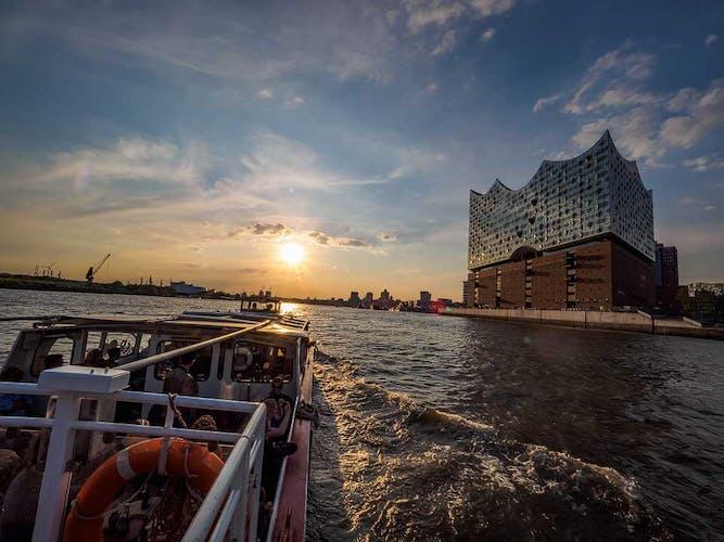 Lichterfahrt durch den Hamburger Hafen_Rundfahrt in der Abenddämmerung.jpg