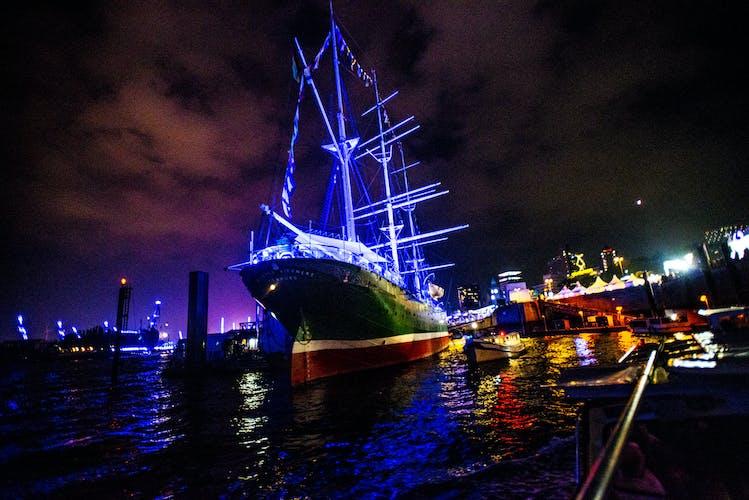 Lichterfahrt durch den Hamburger Hafen_Schiff bei Nacht.jpg