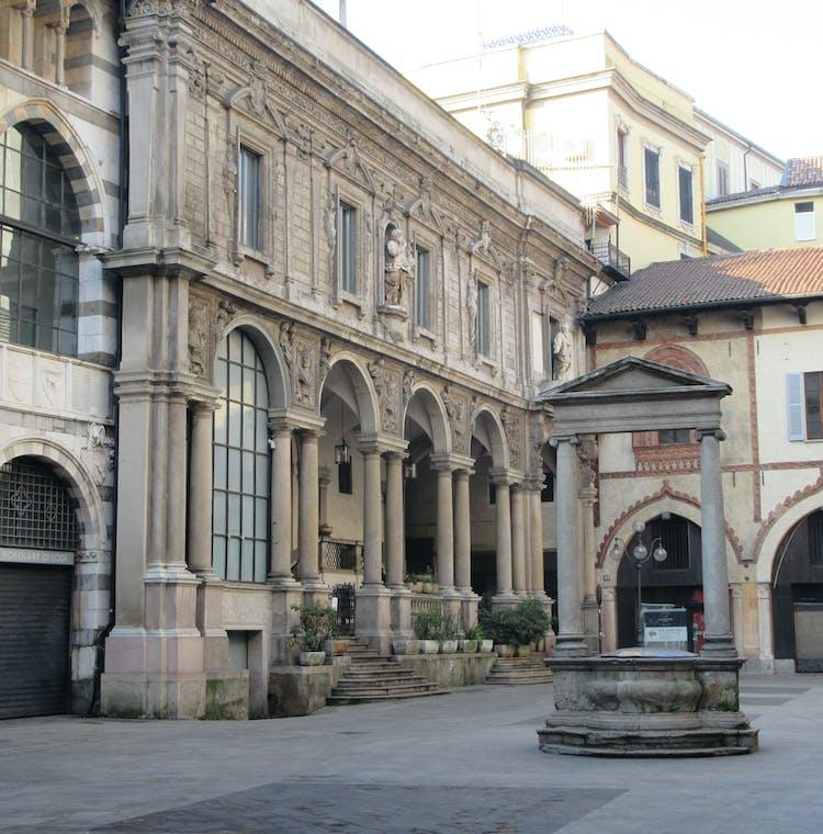 Piazza dei Mercanti.JPG