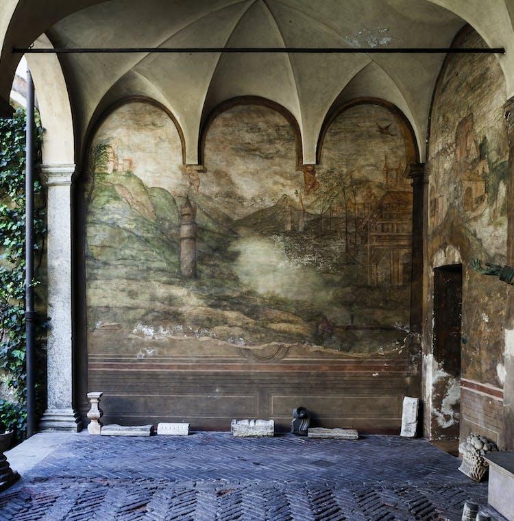 01 - Casa Atellani Cortile Affreschi.jpg